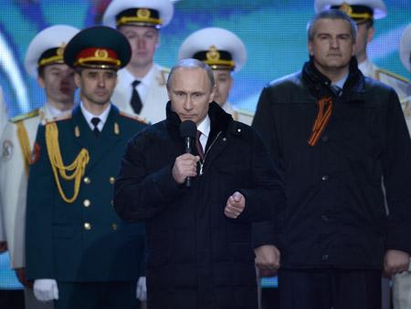 """El presidente de Estados Unidos, Barack Obama, recibió una llamada del mandatario ruso, Vladimir Putin, con quien discutió una posible """"solución diplomática"""" a la crisis en Ucrania, informó la Casa Blanca en un comunicado."""
