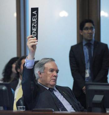 El embajador de Venezuela ante la OEA, Roy Chaderton, vota en contra del acceso a los medios a la sesión.