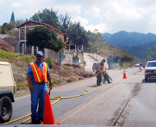 El propósito de los trabajos de reparación es que los vacacionistas puedan desplazarse seguros en las carreteras durante la Semana Santa.