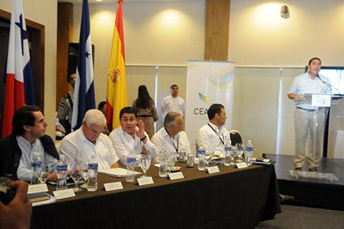 Directivos del CEAL, regional e internacional, en compañía de mandatarios de Honduras y Panamá, así como de los expresidentes que participaron en la primera junta.