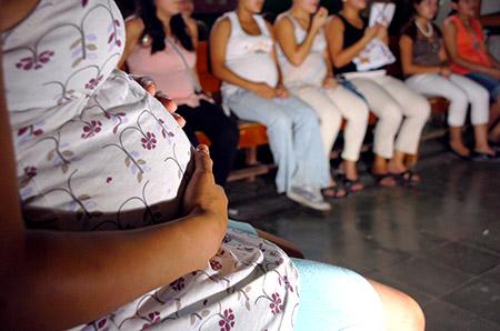 Especialistas apuntan que no solo se deben prevenir embarazos entre adolescentes, sino que crear una conciencia como factor de la pobreza.