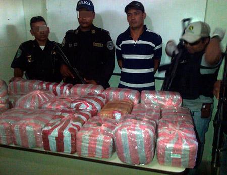 Víctor Manuel Almendárez Juárez fue detenido en posesión de unas 80 libras de marihuana.