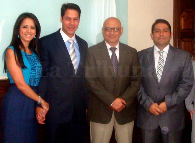 Mejía llegó acompañado a la presentación de promesa de ley, con su esposa Marisol Lanza de Mejía.