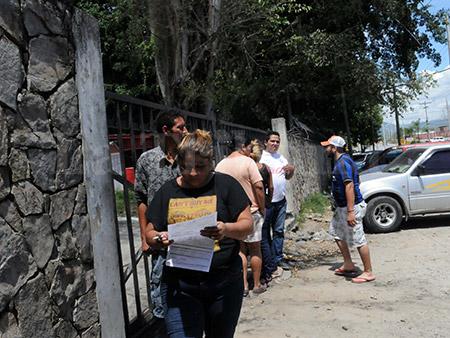 Familiares de varias víctimas se apersonaron a la morgue de Medicina Forense para retirar los restos.