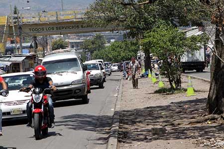 Antes la mediana del Mercado Zonal Belén era utilizada como aparcadero de autos.