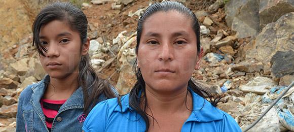 La madre de Edwin Carcámo Martínez, junto a su hija Karen Paola Cárcamo Martínez de 13 años de edad.