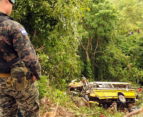 Se presumía que debajo del vehículo había más cuerpos, por lo que se hizo una minuciosa inspección.