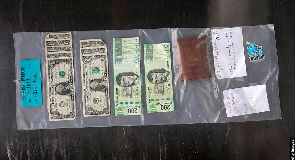 Billetes Americanos y mexicanos se guardan en bolsas selladas de pertenencias en el Centro Médico forense el 9 de diciembre del 2014 en Tucson, Arizona