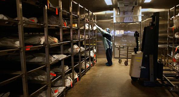 La técnica forense, KristineClor manipula restos humanos refrigerados en la morgue de la oficina del condado de Pima, el 9 de diciembre del 2014; en Tucson, Arizona.