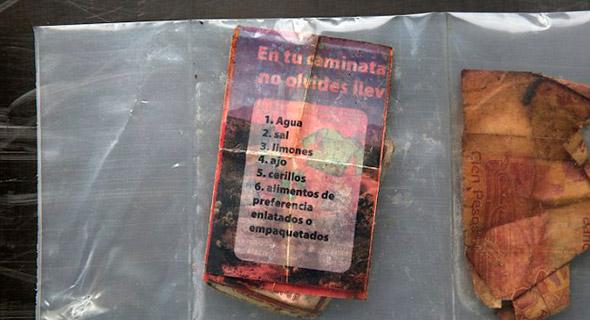 Una lista de artículos, junto con dinero mexicano, son guardados en bolsas selladas de efectos personales, después de encontrar los desechos en el desierto de Arizona el 1 de Junio del 2014.