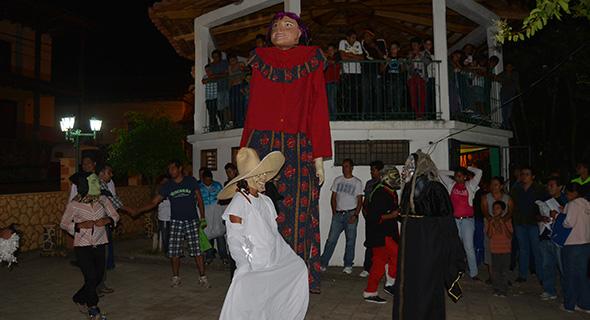 Las mojigangas y los viejos del 8 son la atracción de la feria de Yuscarán.