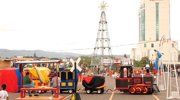 Los árboles navideños visten la capital de alegría y distraen a chicos y grandes con sus luces multicolores.