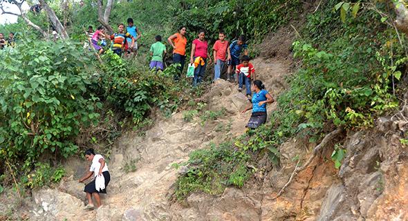 Personas de varias edades descendían de los cerros queriendo llegar al lugar de los hechos para ver a sus seres queridos.