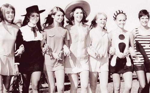 La moda mundial juvenil en los sesentas. Las chavitas hondureñas vestían igual, no siendo la excepción. Así asistían a estos conciertos.
