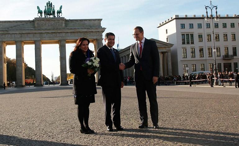 Juan Orlando Hernández y su esposa Ana García de Hernández en Berlín.