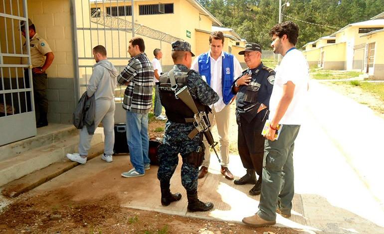 Sirios son trasladados a centro penitenciario de El Porvenir