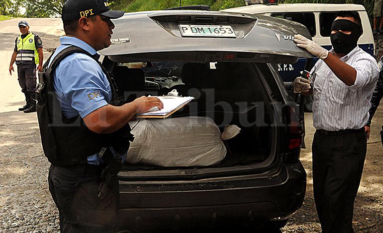 En el baúl del carro se encontró un saco conteniendo unas 100 libras de marihuana.