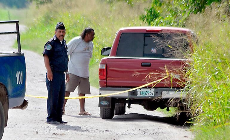 Dentro de vehículo hallan estrangulado a un hombre