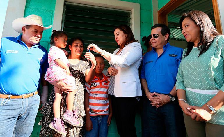 Gobierno entrega casas dignas a diez familias en Sabanagrande