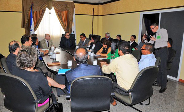 Miembros de la sociedad civil se reúnen con el fiscal general