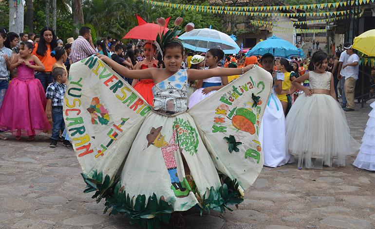 Hermosas niñas también engalanaron la tradicional feria.