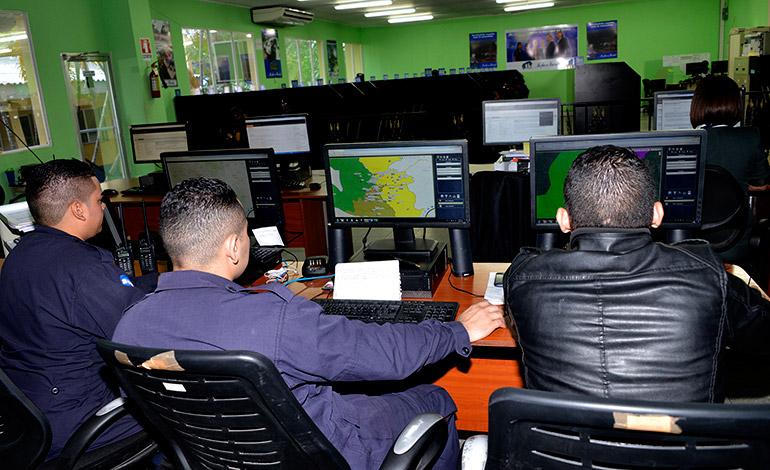 Personal policial y de otras instituciones verifican en el mapa dónde se está registrando el hecho para enviar a los efectivos de seguridad o socorro.