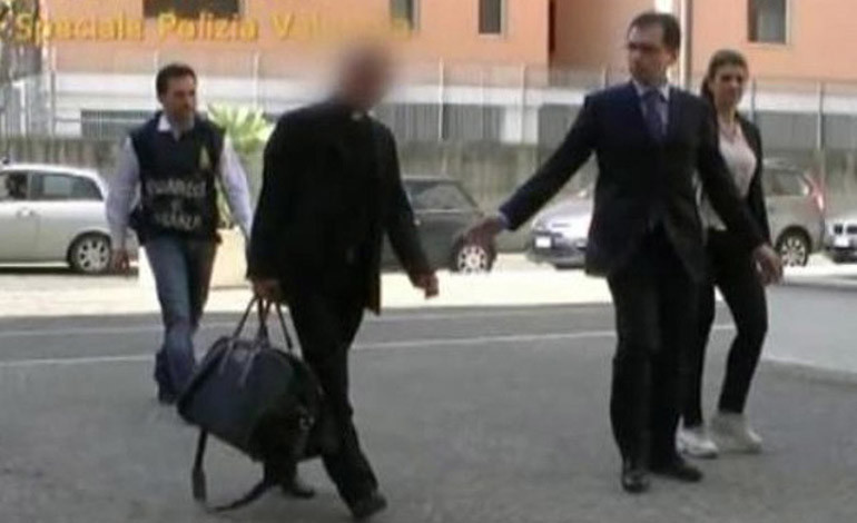 Arrestan a un Monseñor por 'Lavado de Dinero'
