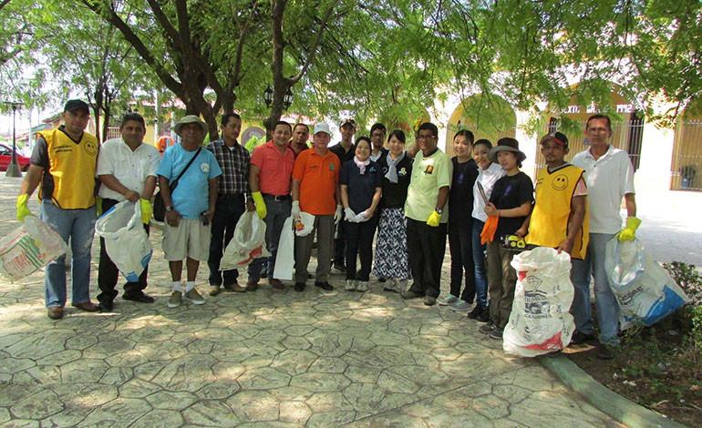 Voluntarias japonesas dan ejemplo y limpian calles de Choluteca