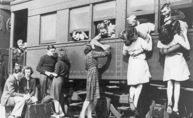 Un grupo de parejas se despiden en la estación de trenes, antes de que los soldados partan a la Segunda Guerra Mundial / Especial