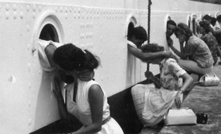 Soldados americanos despidiéndose de sus parejas antes de partir a Egipto en 1963.