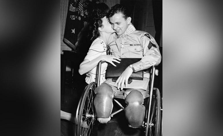 Esta novia besa a su pareja, quien volvió de la Segunda Guerra Mundial.
