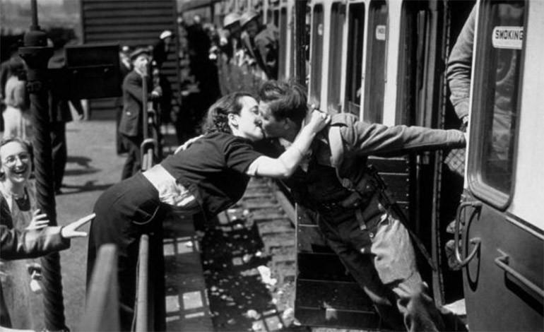 Mujer recibe a este soldado que volvió de la Segunda Guerra Mundial. 1940.