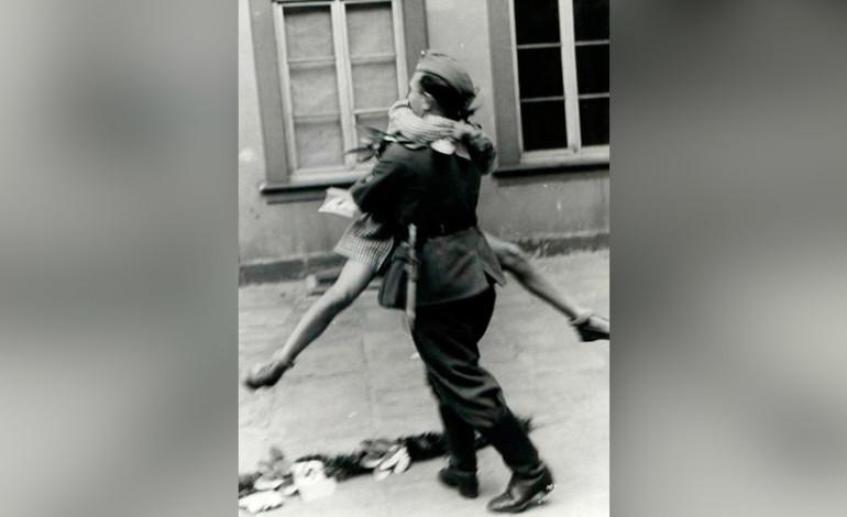 Así es recibido este soldado que volvió de la guerra.