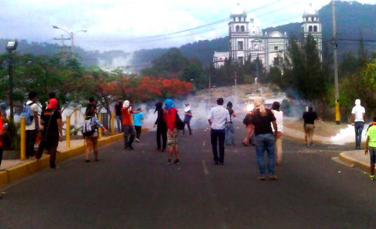 Estudiantes de UNAH  'gaseados' en el bulevar Suyapa