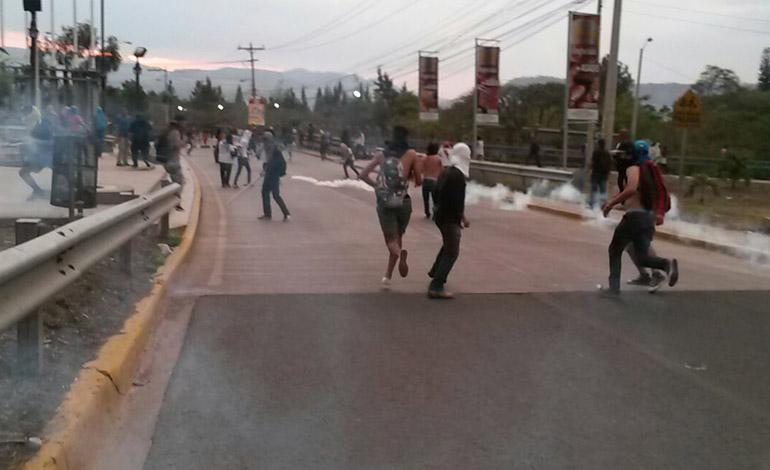 Los manifestantes no cejaban en su protesta y al cierre de edición no se descartaba que hubiese detenciones por parte de la Policía Preventiva.