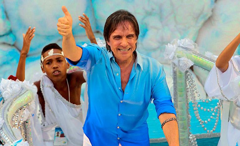 El cantante brasileño Roberto Carlos desfila con la escuela de samba Beija-Flor, en el sambódromo de Río de Janeiro (Brasil), durante el tradicional Carnaval de Río 2011. EFE/Antonio Lacerda