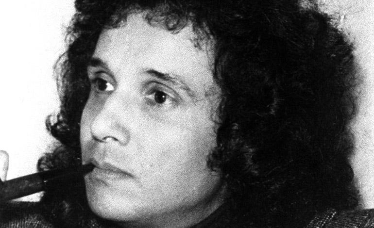 URUGUAY MÚSICA: MONTEVIDEO, abril de 1983 . El cantante brasileño Roberto Carlos fuma en pipa durante una entrevista. EFE/rsa