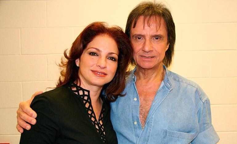 """Gloria Estefan posa en el """"backstage"""" del Miami Arena el pasado 31 de mayo de 2008 con Roberto Carlos. El cantante braslileño ofreció un concierto en esa ciudad que tuvo un lleno total. EFE/USO EDITORIAL"""