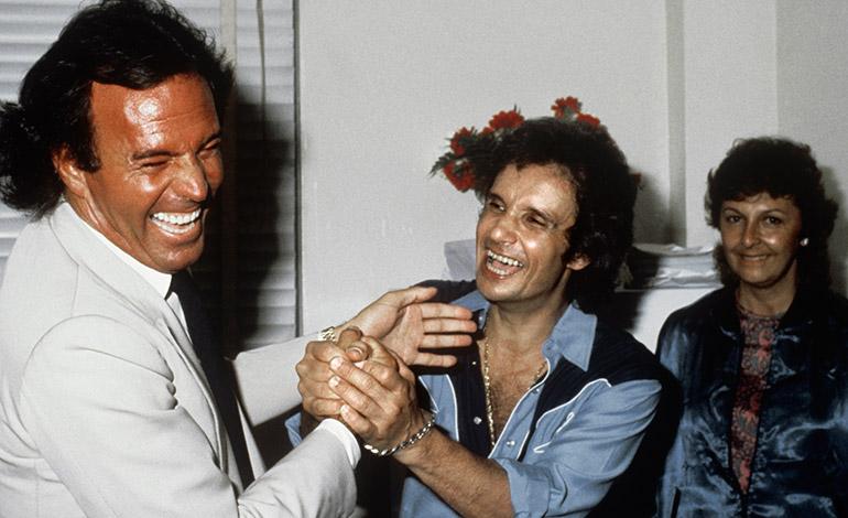ESPAÑA MÚSICA: Foto sin fecha, hacia 1985.- Los cantantes Julio Iglesias y Roberto Carlos conversa animadamente. EFE/rsa