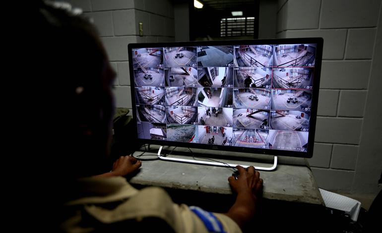 Desde una cabina especial ubicada en el segundo nivel y blindada, un agente penitenciario observa todo lo que ocurre en los dos módulos de máxima seguridad.