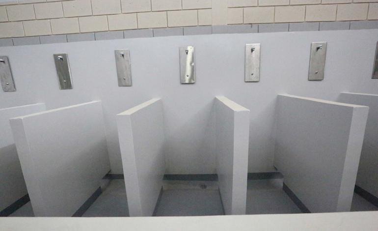 Cada ducha es una celda. Se entra con grilletes y los aros de presión se retiran de las manos hasta que la puerta está cerrada. El baño es de cinco minutos.