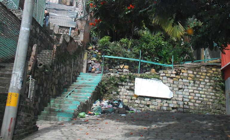 En frontera de barrios les arman basurero