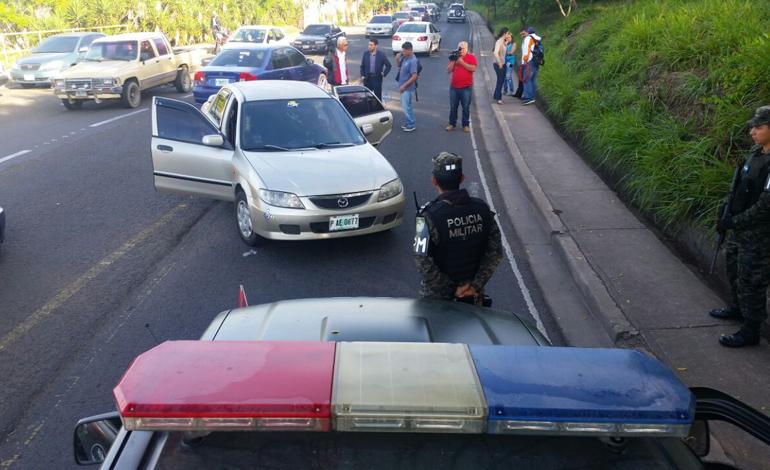 El tercer carro robado por los delincuentes fue abandonado cerca de la cancha Birichiche, desde donde se fugaron a bordo de un taxi.
