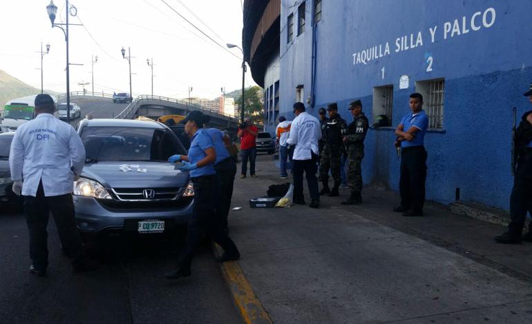 Del lugar donde se produjo la balacera, los malvivientes huyeron en esta camioneta que chocaron contra las paredes del estadio Nacional.
