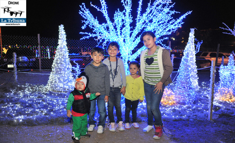 Los chiquitines disfrutan de las luces y se toman fotografías.