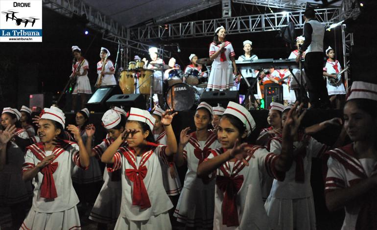 El grupo musical de la Villa de las Niñas, animó al público con su talento.