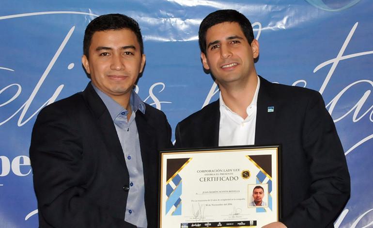 Rachid Maalouf, entrega certificado a Juan Ramón Acosta por tener 13 años de labores en la Corporación.