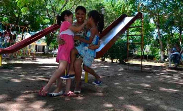 Migrante hondureña se reencuentra con sus hijas en un refugio