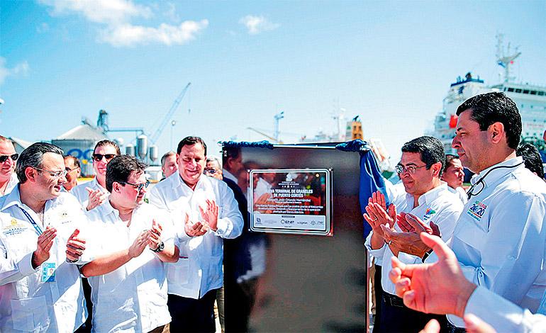El Presidente Hernández y el titular del Banco Atlántida, Guillermo Bueso, develaron la placa inaugural del muelle de graneles de Puerto Cortés.
