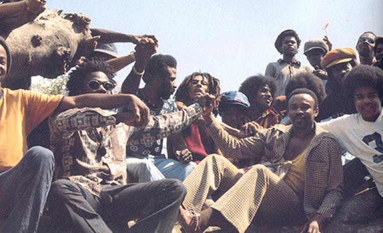 """Gente de su grupo The Wailers"""" y los """"Jackson five"""" que actuaron en la isla. Entre ellos un jovencito de 16 años llamado Michael Jackson situado a la izquierda de Bob Marley."""